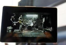 <p>Un Blackberry PlayBook visto durante la conferencia de desarrolladores de Research in Motion en San Francisco, EEUU, sep 27 2010. El PlayBook de Research In Motion, la largamente esperada respuesta al iPad de Apple, salió a la venta en Estados Unidos y Canadá el martes en una lanzamiento que el fabricante RIM espera que logre ganar los corazones y mentes de los consumidores. REUTERS/Robert Galbraith</p>