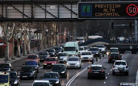 A sign warns drivers of ''High levels of pollution expected'' in Madrid February 8, 2011. REUTERS/Susana Vera