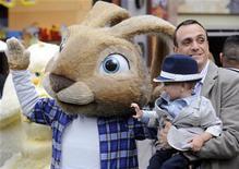 """<p>Ator Hank Azaria, com seu filho, na estreia do filme """"Hop - Rebeldes sem Páscoa"""" em Los Angeles. 27/04/2011 REUTERS/Phil McCarten</p>"""