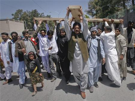 Pakistani Christians carry a cross through the streets of Quetta while observing Good Friday April 22, 2011. REUTERS/Naseer Ahmed