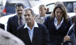 """<p>O ator Mel Gibson chega à corte de Los Angeles. Gibson rompeu o silêncio sobre o escândalo em que está envolvido, relacionado à violência doméstica, classificando o vazamento de telefonemas furiosos à sua então namorada no ano passado de """"traição pessoal"""". Foto de Arquivo. 11/03/2011 REUTERS/Mario Anzuoni.</p>"""