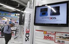 <p>Nintendo affiche un deuxième recul consécutif de son bénéfice annuel imputable au ralentissement des ventes des jeux de sa console Wii et de la baisse de la consommation provoquée par les conséquences du séisme japonais. /Photo prise le 25 avril 2011/REUTERS/Yuriko Nakao</p>