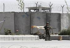 """<p>Солдат стоит около главной тюрьмы провинции Кандагар (Афганистан), 25 апреля 2011 года. Прокопанный боевиками-экстремистами 320-метровый подземный лаз помог сотням заключенных сбежать из главной тюрьмы нестабильной провинции Кандагар, среди сбежавших есть и командиры """"Талибана"""". REUTERS/Ahmad Nadeem</p>"""