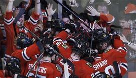"""<p>Игроки """"Чикаго"""" радуются победе над """"Ванкувером"""" в 6-й игре серии плей-офф в Чикаго 24 апреля 2011 года. """"Чикаго"""" в овертайме добился домашней победы над """"Ванкувером"""" со счетом 4-3, сравняв счет в серии, которая грозила """"черным ястребам"""" быстрым вылетом из розыгрыша Кубка Стэнли. REUTERS/Jeff Haynes</p>"""