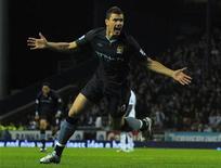 <p>Edin Dzeko, do Manchester City, comemora gol contra o Blackburn Rovers em partida do Campeonato Inglês. 25/04/2011 REUTERS/Nigel Roddis</p>