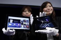 <p>Les tablettes S1 (à gauche) et S2 de Sony. Sony a lancé mardi ses premiers modèles, avec du retard par rapport à ses concurrents mais avec l'ambition de devenir le dauphin d'Apple et de son iPad. /Photo prise le 26 avril 2011/REUTERS/Kim Kyung-Hoon</p>