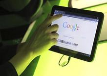 <p>La tablette Motoral Xoom équipée de Honeycomb, la dernière version du système d'exploitation Android. Selon une étude publiée mardi portant sur les tablettes susceptibles d'intéresser les développeurs d'applications pour mobiles, Android de Google a perdu de son attrait auprès des développeurs qui restent séduits par la plate-forme d'Apple. /Photo prise le 2 février 2011/REUTERS/Beck Diefenbach</p>