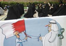 <p>Карикатура на власти Бахрейна на фоне иранских студентов из университетов Казвина, выкрикивающих антиамериканские и антиизраильские лозунги во время трехдневной сидячей забастовки возле посольства Саудовской Аравии в Тегеране 22 апреля 2011 года. Бахрейн потребовал высылки иранского дипломата, обвинив его в связях со шпионской сетью Кувейта, сообщили государственные СМИ поздно вечером в понедельник. REUTERS/Morteza Nikoubazl</p>