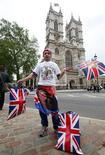 <p>Fã da família real John Loughrey posa para jornalistas fora da abadia de Westminster, onde reservou um espaço para assistir ao casamento do príncipe William com Kate Middleton. 26/04/2011 REUTERS/Andrew Winning</p>