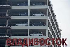 <p>Доставленные из Японии автомобили в порту Владивостока 14 апреля 2011 года. Губернатор Приморья Сергей Дарькин в среду объявил об отмене режима повышенной готовности к распространению радиации из соседней Японии, действовавшего полтора месяца. REUTERS/Yuri Maltsev</p>