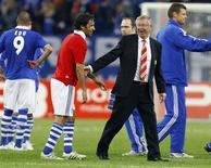 <p>Raul, do Schalke 04 (esquerda), é cumprimentado pelo técnico do Manchester United, Alex Ferguson, após partida de ida da semifinal da Liga dos Campeões, na Alemanha. 26/04/2011 REUTERS/Wolfgang Rattay</p>