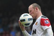 <p>Wayne Rooney beija a bola em partida do Campeonato Inglês contra o West Ham, em 2 de abril de 2011. Rooney disse que seu telefone pode ter sido grampeado, citando documentos da polícia. 02/04/2011 REUTERS/Toby Melville</p>