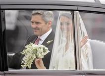 <p>Kate Middleton e seu pai, Michael, em um Rolls Royce rumo à abadia de Westminster para o casamento de Kate com o príncipe britânico William, em Londres. 29/04/2011 REUTERS/Dylan Martinez</p>