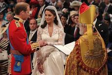 <p>Príncipe William e Kate Middleton trocam alianças diante do arcebispo de Canterbury, Rowan Williams, durante o casamento na abadia de Westminster. Eles foram formalmente declarados casados nesta sexta-feira, na cerimônia em Londres. 29/04/2011 REUTERS/Dominic Lipinski</p>
