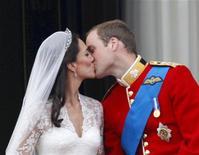 <p>Príncipe William e sua esposa Catherine, duquesa de Cambridge, se beijam no balcão do Palácio de Buckingham, depois de se casarem na abadia de Westminster, em Londres. 29/04/2011 REUTERS/Darren Staples</p>