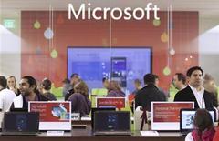 <p>Foto de archivo de un grupo de clientes al interior de una tienda de Microsoft Store en Bellevue, EEUU, nov 18 2010. Las acciones de Microsoft sufrían el viernes su mayor descenso diario en casi dos años, un día después de que el productor de software reportara una caída en sus ventas del sistema operativo Windows. REUTERS/Marcus Donner</p>