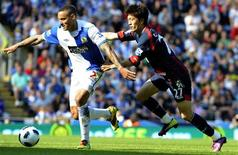 <p>Lee Chung-Yong (direita), do Bolton Wanderers, desafia Jermaine Jones (esquerda), do Blackburn Rovers, durante partida do campeonato inglês de futebol. 30/04/2011 REUTERS/Nigel Roddis</p>