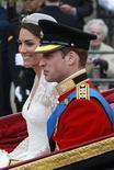 <p>Príncipe William e Catherine, duquesa de Cambridge, após sua cerimônia de casamento em Londres, 29 de abril de 2011. O príncipe britânico voltou ao trabalho nesta terça-feira, quatro dias depois do casamento. 29/04/2011 REUTERS/Eddie Keogh</p>