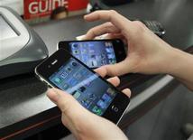 <p>Apple a publié mercredi soir une mise à jour du système d'exploitation de l'iPhone permettant de corriger le problème de géolocalisation en permanence des utilisateurs de son combiné. /Photo d'archives/REUTERS/Joe Skipper</p>