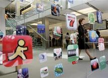 <p>La société Yudu a lancé jeudi un service permettant aux éditeurs de magazines de contourner le système de commission d'Apple qui perçoit 30% des recettes sur chaque vente via son magasin en ligne App Store. /Photo d'archives/REUTERS/Robert Galbraith</p>