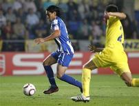<p>Falcão, do Porto, controla a bola próximo a Bruno Soriano, do Villarreal, antes de marcar gol. O time garantiu vaga na decisão da Liga Europa. 05/05/2011 REUTERS/Heino Kalis</p>