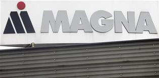 """<p>Логотип Magna около завода в Граце, 14 октября 2010 года. Канадский производитель комплектующих и автомобилей Magna, который хотел выпускать в РФ до 300.000 автомобилей в год, воспользовавшись льготами на условиях """"промсборки"""", не успевает согласовать свои планы с чиновниками и планирует отказаться от проекта, сказали Рейтер источники в отрасли и чиновники. REUTERS/Herwig Prammer</p>"""