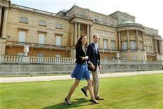 <p>Foto de archivo del príncipe Guillermo y su esposa Kate caminando por el Palacio de Buckingham tras la boda. Abr 30 2011. REUTERS/John Stillwell</p>
