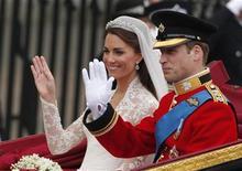 <p>Príncipe William e Kate viajam para o Palácio de Buckingham após o casamento na Abadia de Westminster, em Londres, em abril. O casal finalmente embarcou para sua lua de mel após seu casamento no mês passado. 29/04/2011 REUTERS/Phil Noble</p>