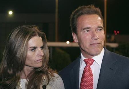 California Governor Arnold Schwarzenegger and his wife Maria Shriver smile as they arrive at the presidential hangar in Mexico City November 8, 2006. REUTERS/Tomas Bravo