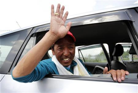 Apa Sherpa waves to the media after arriving from the Everest region, in Kathmandu May 25, 2010. REUTERS/Gopal Chitrakar