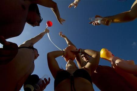 U.S. students on their Spring Break enjoy drinks at a beach in Cancun March 8, 2011. REUTERS/Gerardo Garcia