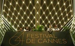 """<p>Visitantes en un balcón en el Palacio Festival durante el Festival 64 de Cannes en Francia, mayo 15 2011. Hubo ovación en el Festival de Cannes el domingo para """"The Artist"""", película en blanco y negro y muda que recrea la mágica era del cine mudo. REUTERS/Christian Hartmann</p>"""