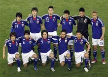 <p>Сборная Японии по футболу перед матчем в Дохе 29 января 2011 года. Сборная Японии по футболу отказалась от участия в Кубке Америки во второй раз за последние шесть недель из-за того, что европейские клубы не согласились отпустить своих игроков в национальную команду, сообщила Ассоциация футбола Аргентины (AFA). REUTERS/Oleg Popov</p>