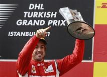 """<p>Фернандо Алонсо с кубком автогонок в классе """"Формула 1"""", проходивших в Турции, 8 мая 2011 года. Двукратный чемпион мира по автогонкам в классе """"Формула 1"""" испанец Фернандо Алонсо продлил контракт с итальянской командой Ferrari до конца 2016 года, сообщила команда в четверг. REUTERS/Murad Sezer</p>"""