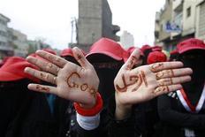 <p>Демонстранты, требующие отставки президента Йемена Али Абдуллу Салеха, 17 мая 2011 года. Соглашение о переходе власти в Йемене не было подписано в среду из-за возникших в последний момент разногласий, хотя Вашингтон оказывает все большее давление на президента Али Абдуллу Салеха, убеждая его покинуть пост. REUTERS/Khaled Abdullah</p>