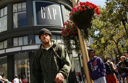 Pedestrians walk outside the Gap flagship store in San Francisco, California August 19, 2010. REUTERS/Robert Galbraith