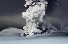 <p>Дым, поднимающийся от исландского вулкана Гримсвотн, 21 мая 2011 года. Главный аэропорт Исландии в понедельник вновь будет закрыт из-за извержения самого активного вулкана, за которым внимательно следят европейские страны после многочисленных задержек авиарейсов в прошлом году. REUTERS/Jon Gustafsson/Helicopter.is</p>