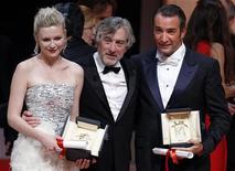 <p>Президент жюри 64 Каннского кинофестиваля Роберт де Ниро (в центре) с лауреатами премии за лучшую роль: актрисой Кирстен Данст и Жаном Дюжарденом, 22 мая 2011 года. REUTERS/Eric Gaillard</p>