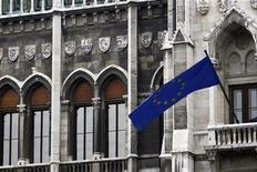 <p>Флаг ЕС на здании венгерского парламента в Будапеште 6 января 2011 года. Евросоюз в понедельник значительно расширил санкции против Ирана, поскольку отсутствие прогресса в ядерных переговорах с Тегераном вызывает все больше опасений, сообщили дипломаты ЕС. REUTERS/Bernadett Szabo</p>