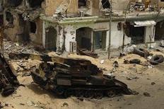 <p>Взорванный танк, принадлежащий войскам Каддафи, на улице в центре Мисураты 22 мая 2011 года. НАТО планирует использовать боевые вертолеты в Ливии для помощи повстанцам, выступающим против сил Муаммара Каддафи, сообщил дипломатический источник во Франции в понедельник. REUTERS/Zohra Bensemra</p>