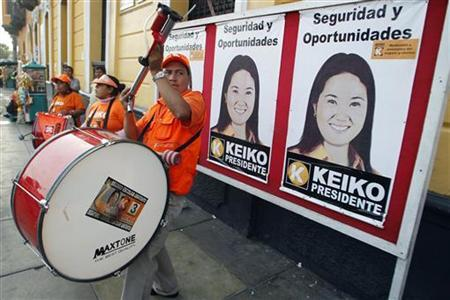 Supporters of presidential candidate Keiko Fujimori play drums before she meets with young members of her party in Lima May 9, 2011. REUTERS/Enrique Castro-Mendivil