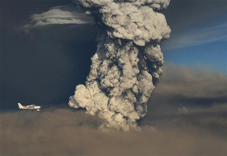 A plane flies past smoke plume from the eruption of the Grimsvotn volcano, under the Vatnajokull glacier in southeast Iceland May 21, 2011. REUTERS/Olafur Sigurjonsson