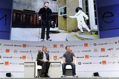 <p>Le fondateur de Facebook, Mark Zuckerberg (à droite), et le directeur général de Publicis, Maurice Lévy, au Forum eG8, à Paris. Des représentants de la société civile estiment être évincés des débats organisés dans ce sommet, qui, en donnant majoritairement la parole aux patrons de grands groupes établis, passe, selon eux à côté des véritables enjeux d'internet. /Photo prise le 25 mai 2011/REUTERS/Gonzalo Fuentes</p>