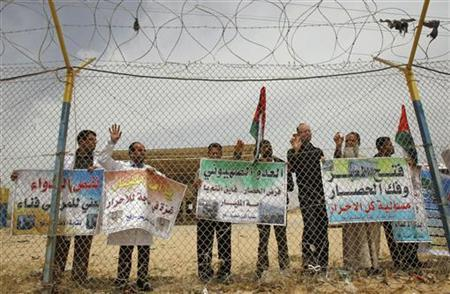 Palestinians take part in a protest at the Rafah border crossing between the southern Gaza Strip and Egypt, calling for an end to the blockade of the coastal territory and to allow in more medicine, April 27, 2011. REUTERS/Ibraheem Abu Mustafa