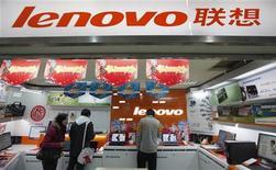 <p>Lenovo, quatrième constructeur informatique mondial, publie un bénéfice net de 42,13 millions de dollars (29,7 millions d'euros) de janvier à mars, contre 12,8 millions de dollars l'année précédente. /Photo prise le 17 février 2011/REUTERS/Aly Song</p>