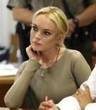 <p>Foto de archivo de la actriz estadounidense Lindsay Lohan frente a una corte en Los Angeles, mar 10 2011. Lohan comenzó a cumplir el jueves su condena por robo de joyas bajo arresto domiciliario, pero probablemente sólo pasaría 35 días de un total de cuatro meses, dijeron funcionarios. Lohan, de 24 años, se presentó en la madrugada a la prisión de Los Angeles donde se consideró que po REUTERS/David McNew/Pool</p>