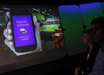 <p>Google a comme prévu dévoilé jeudi son système de paiement par mobile permettant à ses utilisateurs de présenter leur téléphone à la place de leur carte bancaire lors de leur passage en caisse. Le leader de la recherche et de la publicité sur internet s'est associé à MasterCard, Citigroup, Sprint et First Data. Le service sera disponible cet été à New York et San Francisco. /Photo prise le 26 mai 2011/REUTERS/Shannon Stapleton</p>