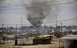 <p>Smoke rise from burnt homes in Abyei town, in this handout photo released by the United Nations Mission in Sudan May 23, 2011. REUTERS/Stuart Price/UNMIS/Handout</p>