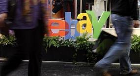 <p>Le site d'enchères sur internet eBay et sa filiale PayPal ont annoncé jeudi soir poursuivre en justice Google et deux de ses dirigeants pour vol de secrets commerciaux relatifs à ses systèmes de paiement sur mobile. /Photo prise le 2 mars 2011/REUTERS/Tobias Schwarz</p>