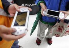 <p>Foto de archivo de unos niños con unas consolas portátiles PSP de Sony en una tienda de Tokio, may 7 2011. Sony dijo el viernes que empezaría a restablecer el sábado su red de videojuegos PlayStation en Asia, incluyendo Japón, más de un mes después de que una enorme violación de seguridad filtrara detalles de decenas de millones de cuentas. REUTERS/Kim Kyung-Hoon</p>